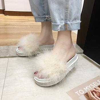 2021 nowe kapcie futrzane kobiety domu futrzane sandały na płaskim obcasie buty damskie kobiece słodkie puszyste dom Rhinestone kapcie Zapatillas Mujer tanie i dobre opinie Giyu Slajdy Flock CN (pochodzenie) Mieszkanie z RUBBER Med (3 cm-5 cm) 0-3 cm LEISURE Pasuje prawda na wymiar weź swój normalny rozmiar