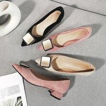 新しい女性の正方形のハイヒールのオフィスの女性のキャリアの靴女性 2020 ソリッドフェイクスエードフロックポインテッドトゥバックル結婚式のサンダルパンプス