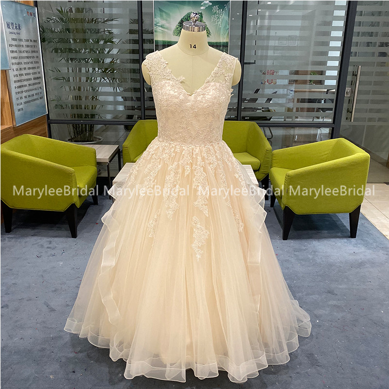 Light Champagne Quinceanera Dresses V-neck Sleeveless Lace-up Back Puffy Ball Gown Tiered Tulle Vestidos De 15 Graduation Gowns