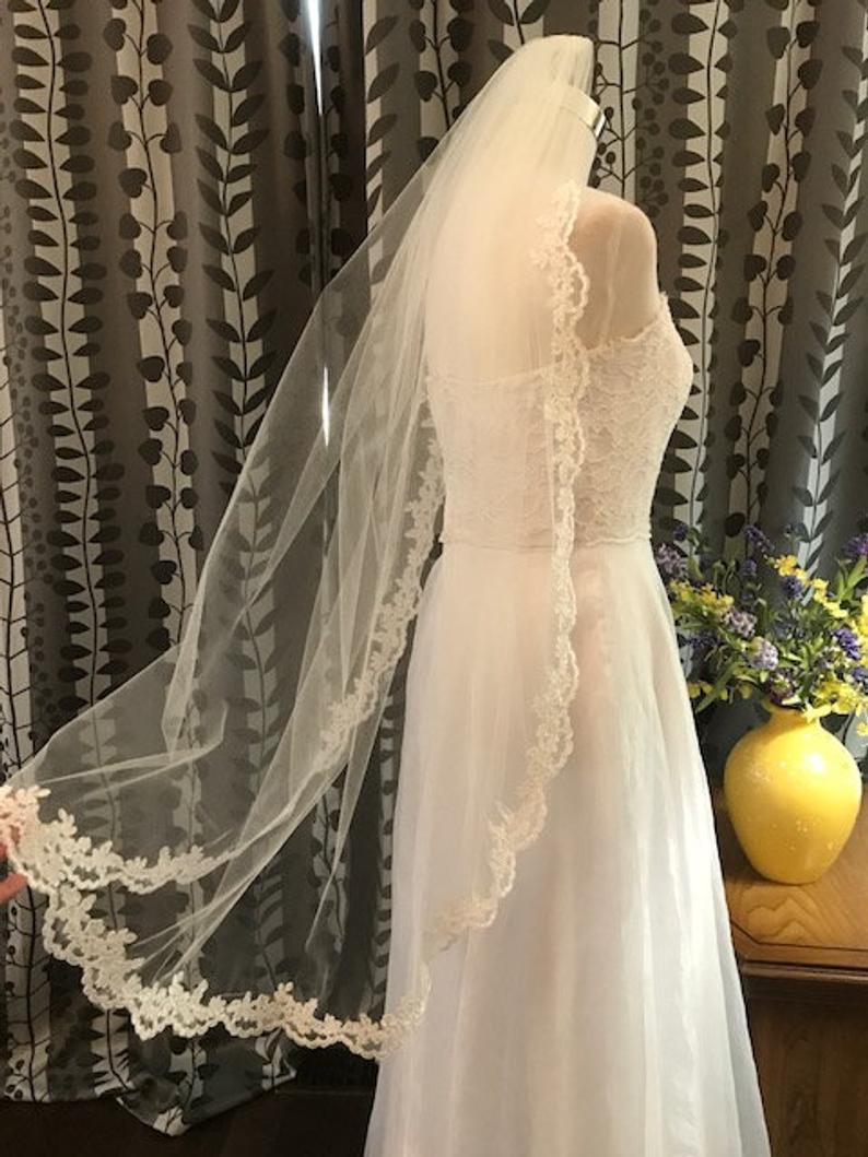 1-Tier Bridal Veil , Lace Veil Alencon Lace Trim Wedding Veil White / Ivory / Champagne Metal Comb