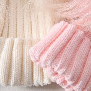 Image 5 - Mùa đông Thật Lông Bóng Bò Nữ đi Nữ Lông Tơ Đôi Tự Nhiên Gấu Trúc Lông Pom Pom Skullies Bò Nón 2 bộ lông Pompom