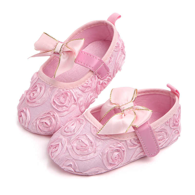Новая летняя детская обувь; милая обувь с розами для новорожденных; обувь для маленьких девочек; обувь для первых шагов; нескользящая обувь для девочек с кружевными цветами и бантиками