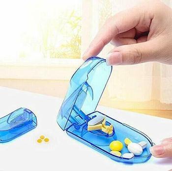 Nowe przechowywanie tabletek pudełko z przegródkami pudełko na lekarstwa Tablet Cutter Splitter niebieski przezroczysty kolor tanie i dobre opinie AIWYCH Przypadki i rozgałęźniki pigułka pill cutter 8 6cm x 2 3cm x 4cm Blue Transparent color