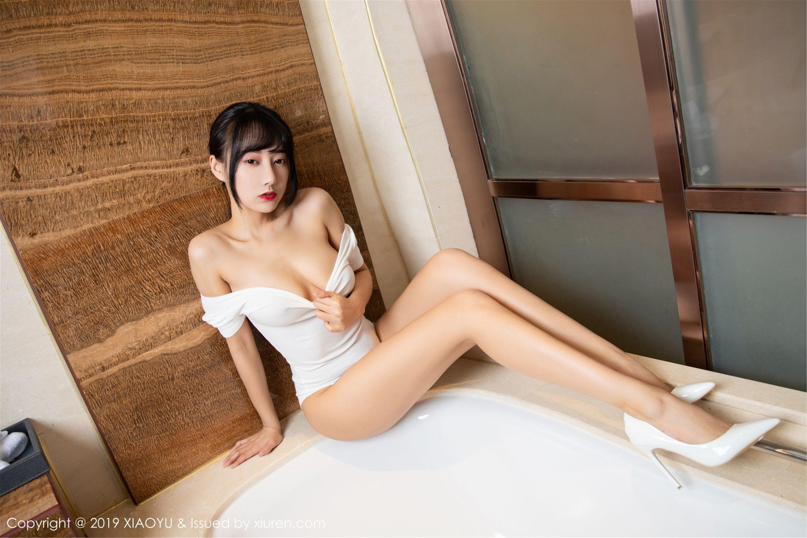 福利美图 | 何嘉颖性感浴室真空吊带