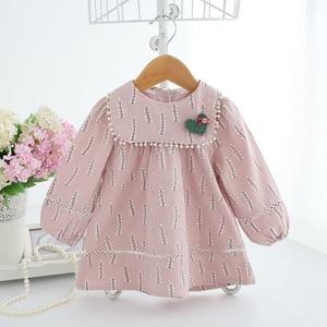 Image 3 - Baby Mädchen Kleidung Säuglings mädchen kleid Frühling Laterne Hülse Böhmen Stil Floral Print Baby mädchen kleid mit Spielzeug 3 Farbe