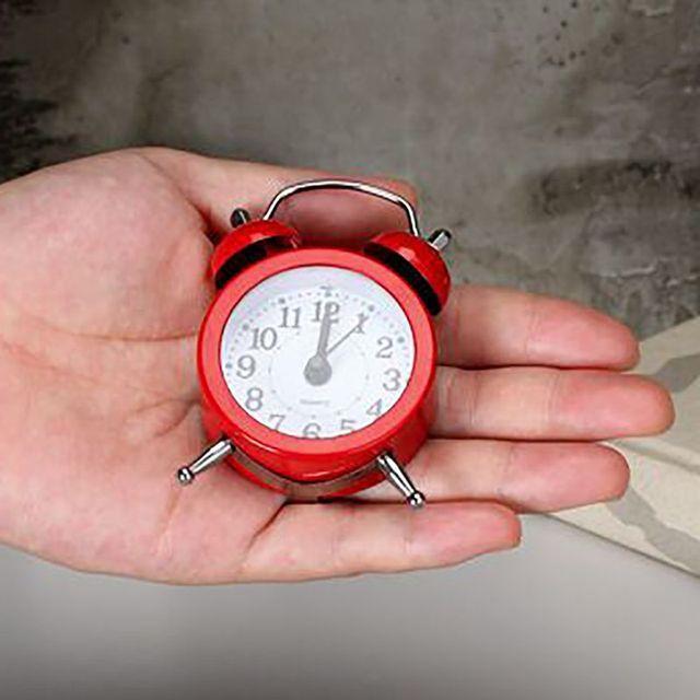 Horloge de lit en métal créatif et populaire   Petite petite horloge de bureau, joli jouet pour chambre à coucher et maison