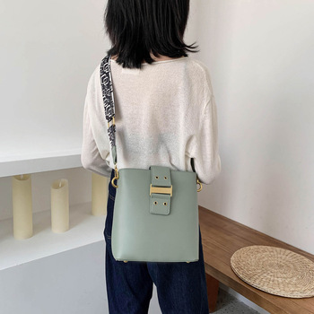 brand  women 2020 leather bucket with wide belt   messenger bag retro  style fashionable small square bag students book bags