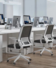 Удобное компьютерное кресло офисное с колесами подъемное поворотное