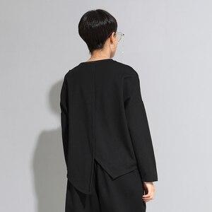 Image 3 - [EAM] Camiseta asimétrica de punto de Hebilla negra para mujer, camiseta de manga larga con cuello redondo, moda de primavera y otoño 201d679
