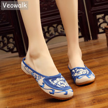 Veowalk Handmade Summer Women Cotton Fabric Slippers Old Peking Flat Mules Retro Chinese Blue And White Embroidery Shoes