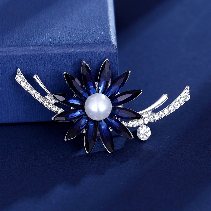 Hot Sale Rhinestone Pearl Flower Brooches For Women Simple Fashion Design Wedding Jewelry Pin And Brooch Jewelry Christmas Gift