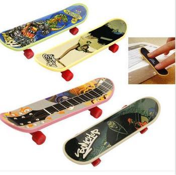 1PC hotsale dzieci Mini Finger Board Skate Boarding zabawki dla dzieci prezenty Party Favor Toy darmowa wysyłka tanie i dobre opinie Z tworzywa sztucznego SH-TOY-542 9 5cm*2 4cm Finger deskorolki 5-7 lat
