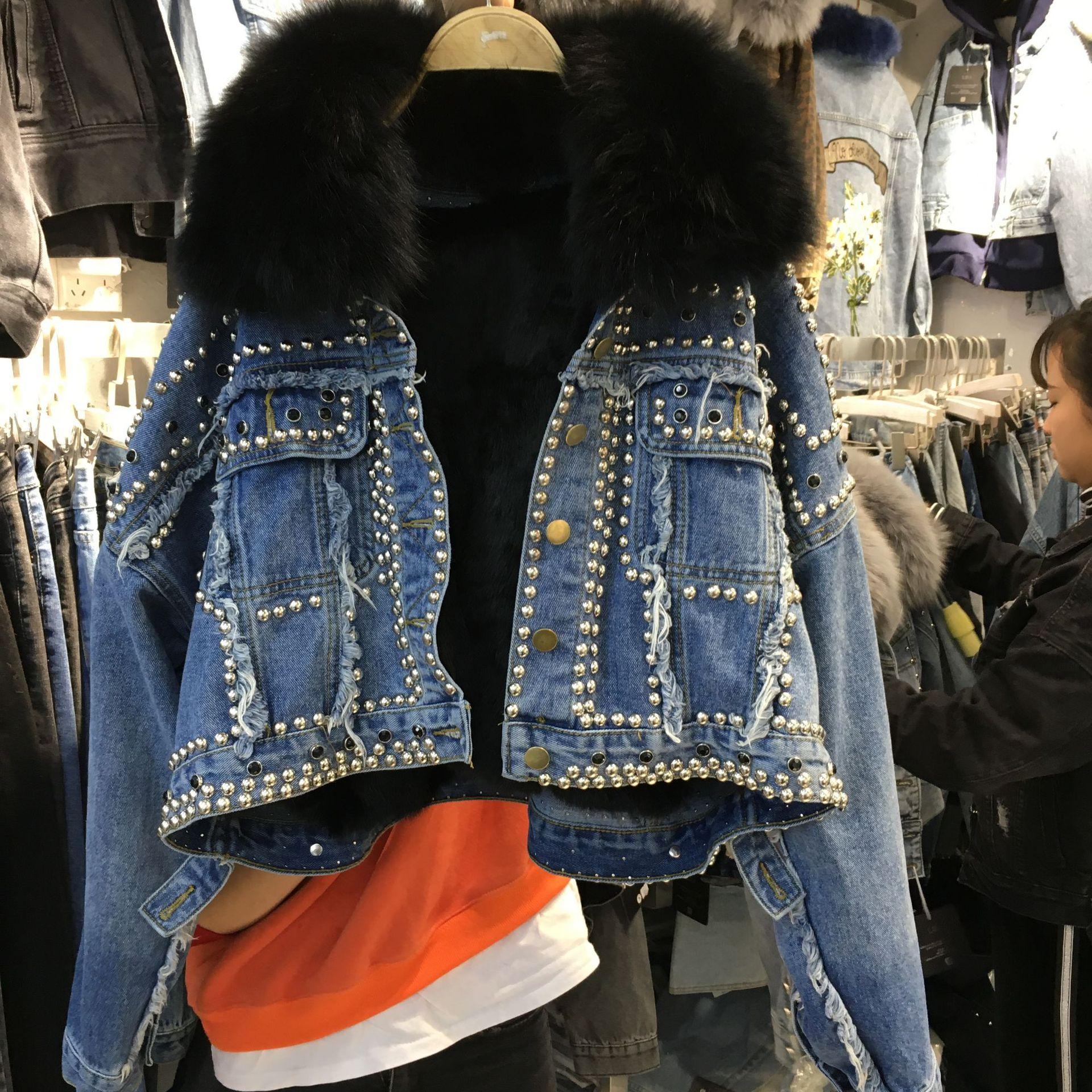Новинка 2019 года; зимняя короткая джинсовая куртка в Корейском стиле, украшенная бусинами и заклепками, с отстегивающимся воротником из лись... - 3