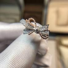 Изысканное обручальное кольцо с белым кристаллом и цирконом