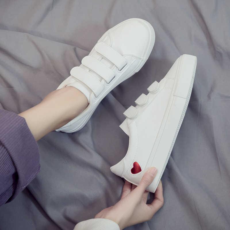 Модная женская кожаная обувь; Новинка; модная женская обувь; Милая повседневная обувь на высокой платформе из искусственной кожи; женские повседневные белые кроссовки с сердечками