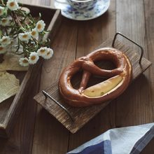 ישן מגש עץ צלחת ברזל ידית עבור אחר הצהריים תה פירות קפה לחם בעבודת יד כפרי מזון צילום נכס