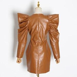 Image 2 - Twotwinstyle Vintage Pu Leer Jurken Voor Vrouwelijke V hals Bladerdeeg Mouw Hoge Taille Ruches Vrouwen Jurk 2019 Mode Kleding tij