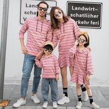 Для всей семьи, свитер на весну и осень мама дочка хлопковое Полосатое платье для папы и сына, Повседневная футболка без рукавов с капюшоном для пар Одинаковая одежда