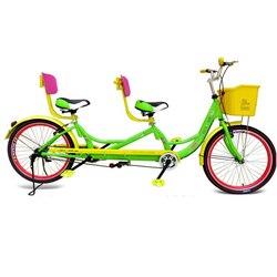 Podwójne miłośników rowerów rodzice i dzieci rodzina podróży nie składana lampka zwiedzanie rowerów