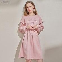 ARTKA 2021 bahar yeni kadın elbise moda Casual mektubu baskı kazak elbise o-boyun gevşek ayarlanabilir bel pembe elbise ZA25215C