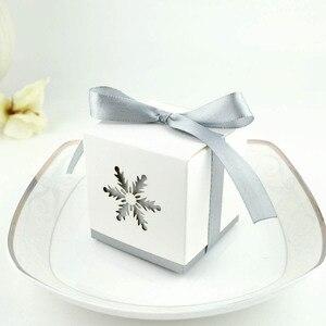 """Image 3 - 100 pièces boîtes à bonbons de mariage """"rêves dhiver"""" blanc Laser coupe flocon de neige faveurs de mariage cadeaux"""