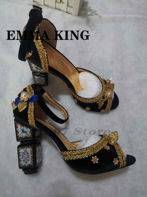 2020 kadife kadın yaz sandalet yuvarlak ayak altın çiçek süslenmiş toka kayışı açık ağızlı düğün yüksek topuklu ayakkabı kadın pompaları
