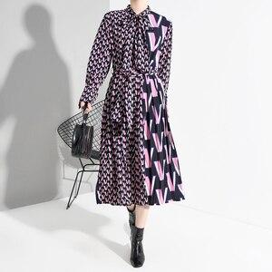 Image 2 - [EAM] vestido Midi dividido con estampado de patrón para mujer, nuevo cuello de lazo, manga larga, ajuste suelto, moda de marea, primavera otoño 2020 A872
