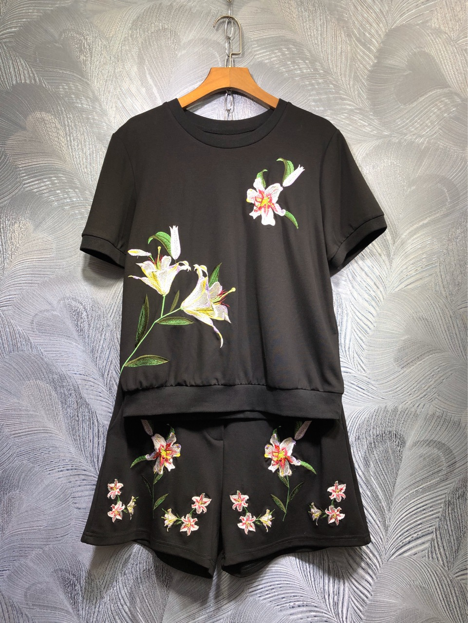 2020 Summer Women's Casual Suit High Quality Embroidery T-shirts + Shorts Two Piece Set B464