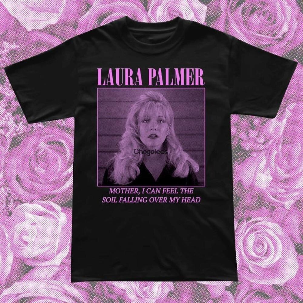 Laura завернутая в пластиковую футболку