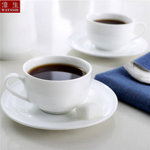 Кофейная чашка и блюдца из белого фарфора в скандинавском стиле
