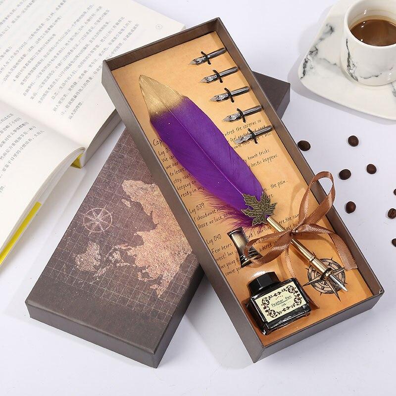 Caneta de penas do vintage marrom caixa