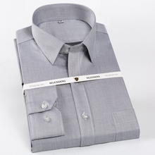 ผู้ชายปกติพอดีพอดีเสื้อแขนยาวแพทช์เดี่ยวกระเป๋าผ้าฝ้าย 100% อย่างเป็นทางการคลาสสิกเสื้อ