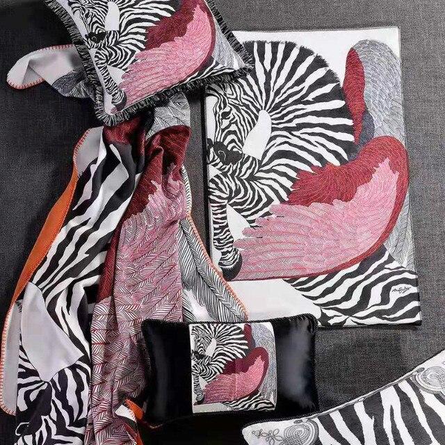 Housse de coussin en velours noir et blanc | Nouveau décor de maison, Ofiice Royal haut de gamme Zara * canapé assorti cheval pour femmes et femmes, nouvelle collection