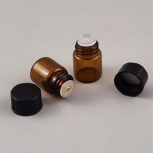 Image 4 - מכירה לוהטת 100x1ml מיני אמבר זכוכית בקבוק עם פתח מפחית & שחור כובע 1/4 dram קטן חיוני בקבוק