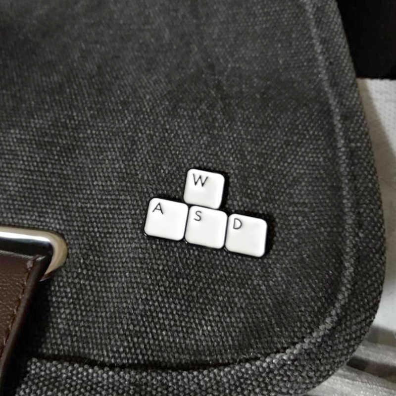 WASD Bàn Phím Chân Xòe Phím Viên Trò Chơi Keycaps Áo Sơ Mi Denim Men Lapel Pin Túi Huy Hiệu Nút Máy Tính Công Nhân Quà Tặng