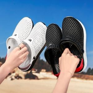 Image 2 - 2020 nuevas sandalias calzado con agujeros unisex zapatillas agujero calzado para jardín Crocse Adulto Cholas Hombre sandalias