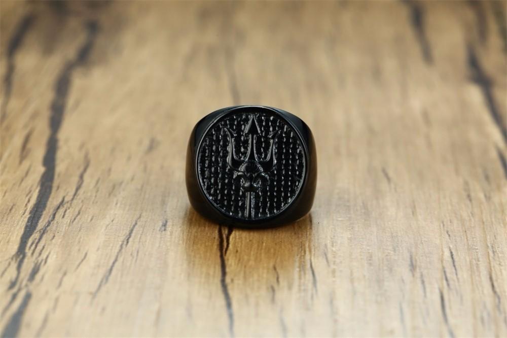 H2e9964dcf67c4881ba21ccf927478bffl Anel Tridente de neptune medalhão signet anéis para homem de aço inoxidável preto poseidon astrologia banda masculino jóias