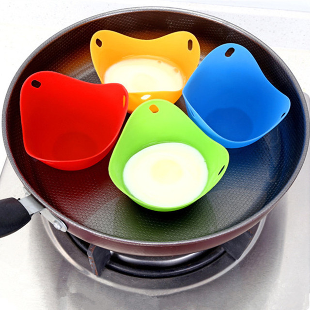Pocheuse à oeufs en silicone de couleur rouge, vert, jaune et bleu.