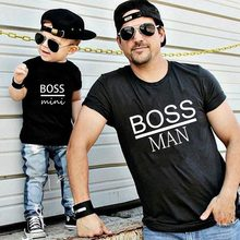 Chefe homem e chefe mini pequena família impressão correspondência pai filho crianças roupas do bebê menino pai e filho olhar família verão roupas