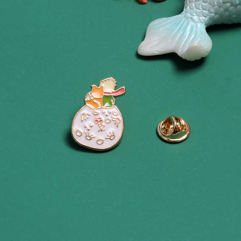 Del fumetto Piccola Volpe Principe Luna Spille per Le Donne Fantasy Fairy Tale Distintivo Dello Smalto Dei Monili di Spille Zaino Accessori Bigiotteria