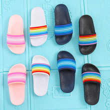 Тапочки для маленьких девочек и мальчиков; водонепроницаемые шлепанцы детские сандалии; детская обувь в радужную полоску; домашние пляжные тапочки для детей