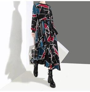 Image 5 - [EAM] 2020 Neue Frühling Sommer Rundhals Langarm Schwarz Muster Gedruckt Lose Unregelmäßige Saum Lange Kleid Frauen mode JI043