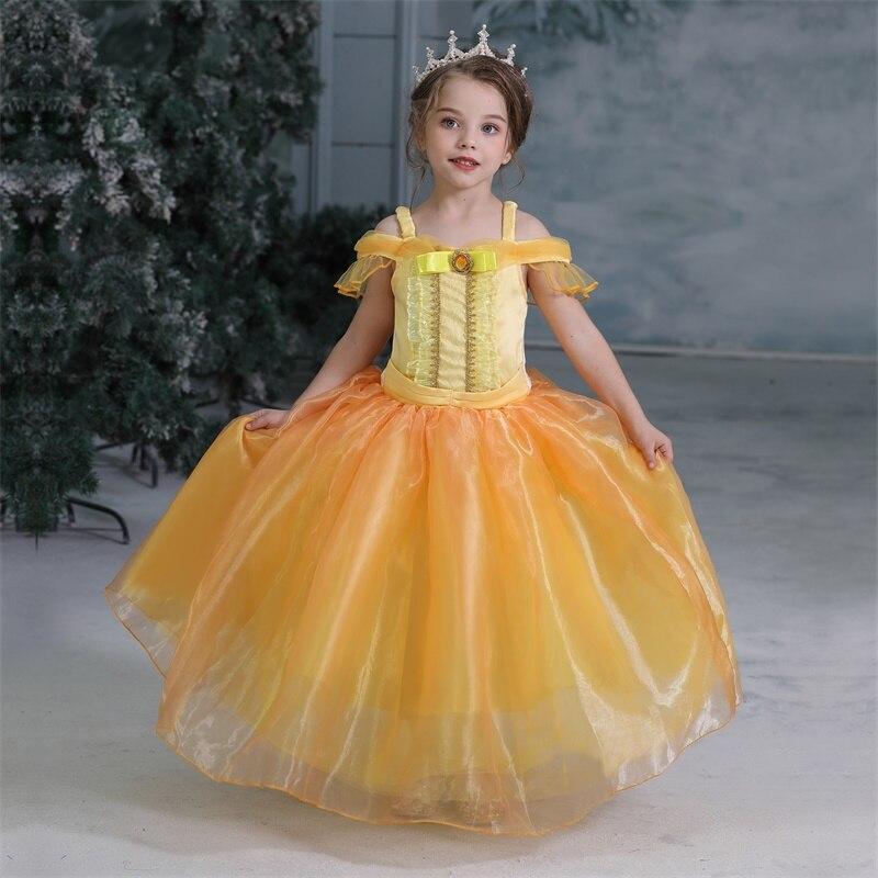 ילדה בתחפושת נסיכה שכוללת שמלה צהובה וכתר