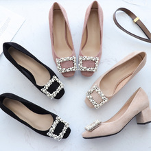 أحذية نسائية لعام 2020 أحذية زلقة على شكل مربع من اللؤلؤ كعب عالي من جلد الغزال مزيّن بخيوط مدببة من الخرز وطرف مربع أنيق لحفلات الزفاف للنساء
