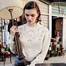 Женский вязаный свитер с круглым вырезом и кружевом в стиле