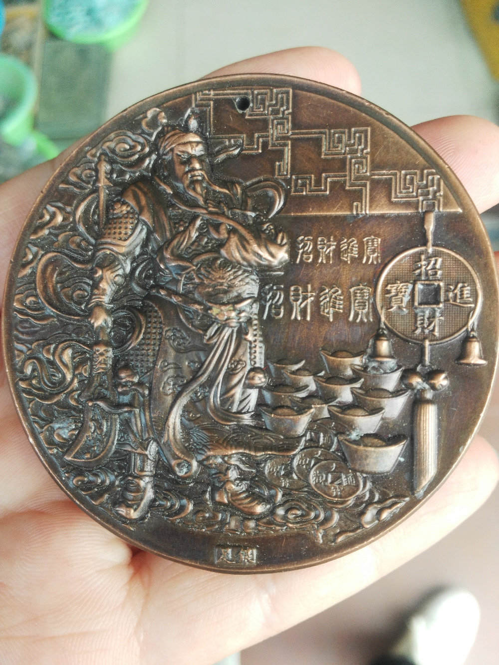 Chino Círculo de bronce de latón wenwu guangong mammon fengshui Estatua de la riqueza colgante de colarinho de artesanías de metal.