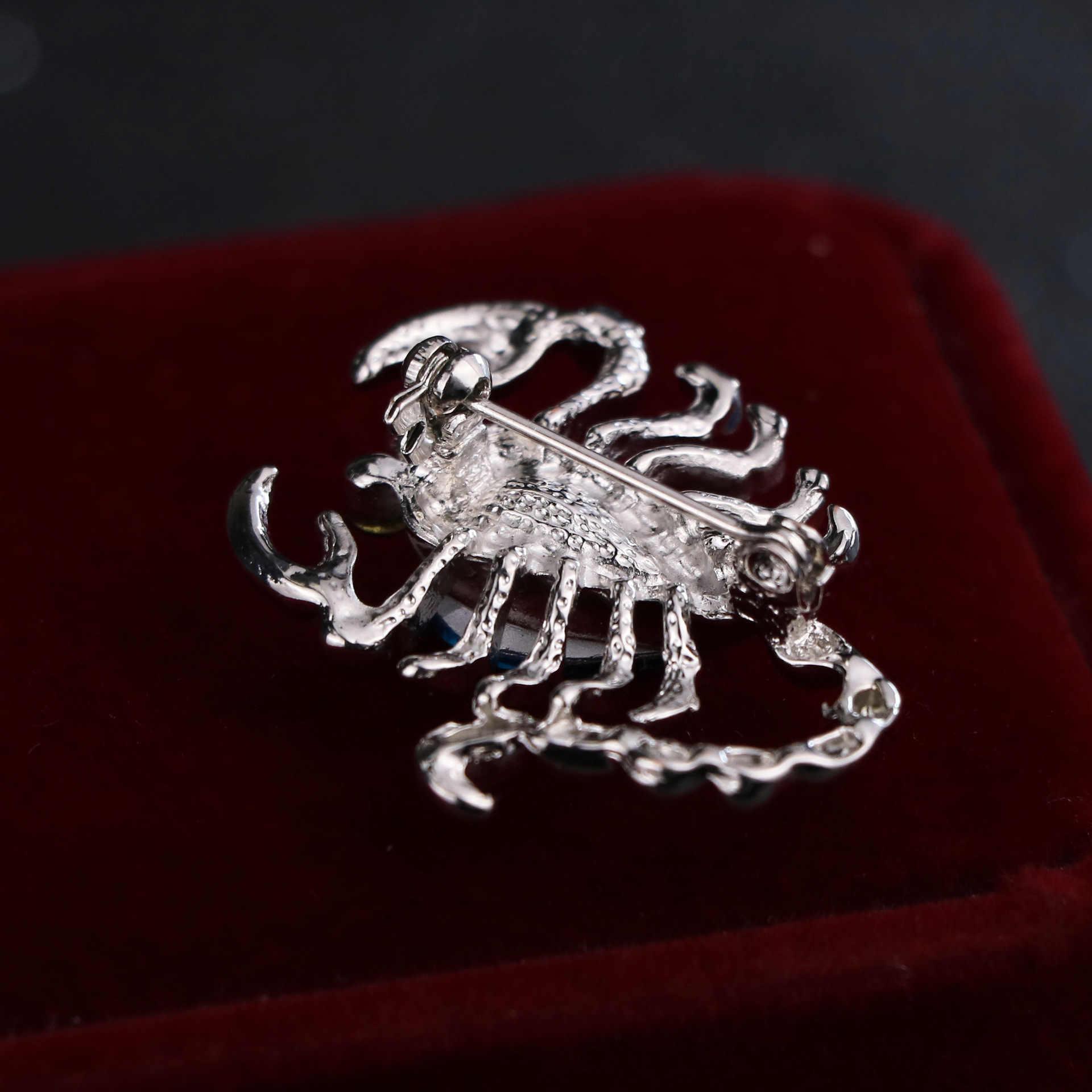 2019 di Nuovo Modo Coreano di Cristallo Scorpion Insetto Spilla In Metallo Spille per Gli Uomini Distintivo Risvolto Della Camicia Del Collare Del Vestito Spilli Accessori Dei Monili