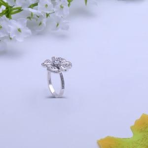 Image 5 - Transgems 18 18K ホワイトゴールド花の形センター 0.5ct F 色モアッサナイトの婚約指輪女性のためのアクセントと日常着