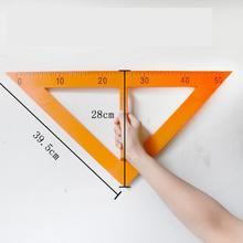 Учительские правила, учители, вытягивают большие учебные пособия по математике с большими правилами, круглыми правилами и треугольными правилами