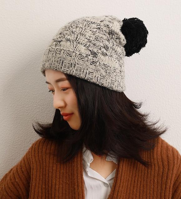 Фото новая вязаная шапка из шерсти ягненка и черной с помпоном серого цена